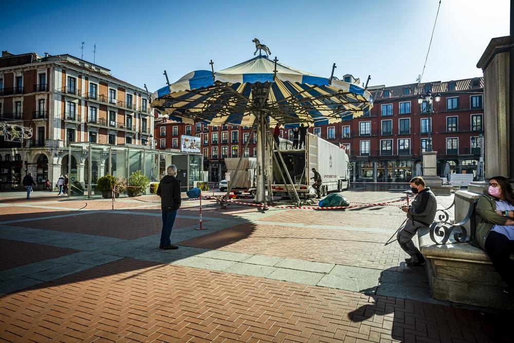 Instalación del Carrusel y del Mercado Navideño en la Plaza Mayor