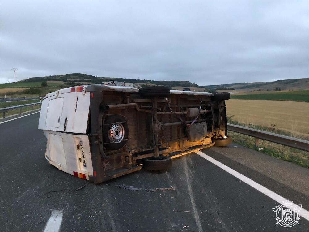 Heridos 7 ocupantes de una furgoneta en un vuelco en la AP-1