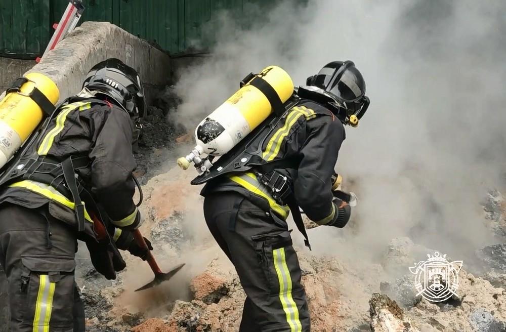 Los bomberos tuvieron que sofocar el incendio con arena al tratarse de residuos de aluminio.