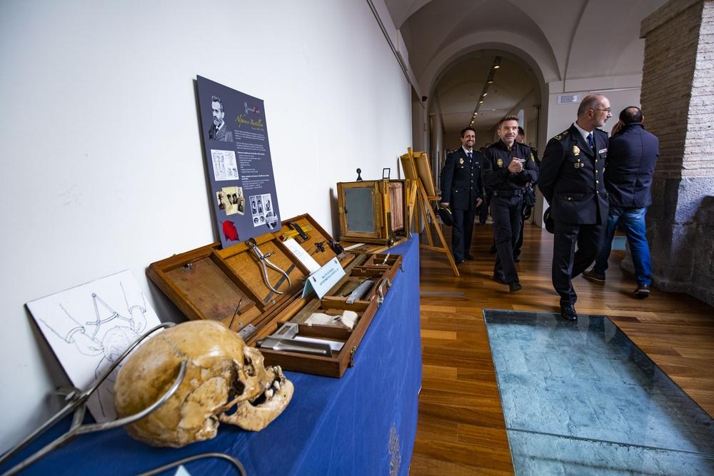 Inaguración de la exposición del 25 Aniversario de la PolicÁa cientÁfica de la PolicÁaNacional, junto al camión laboratorio  que actuó por primera vez en el caso de Rosana de valdepeñas