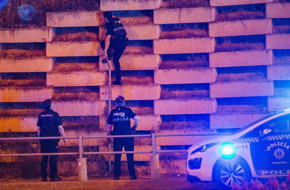 emergencia, Policia LOcal y Nacional junto a bomberos intenta detener a un hombre que se habia subido al puente del AVE en la Rotonda del Poligono de la Carretera de carrión en ciudad real, policÁa local y nacional en acción escalando un muro para acce
