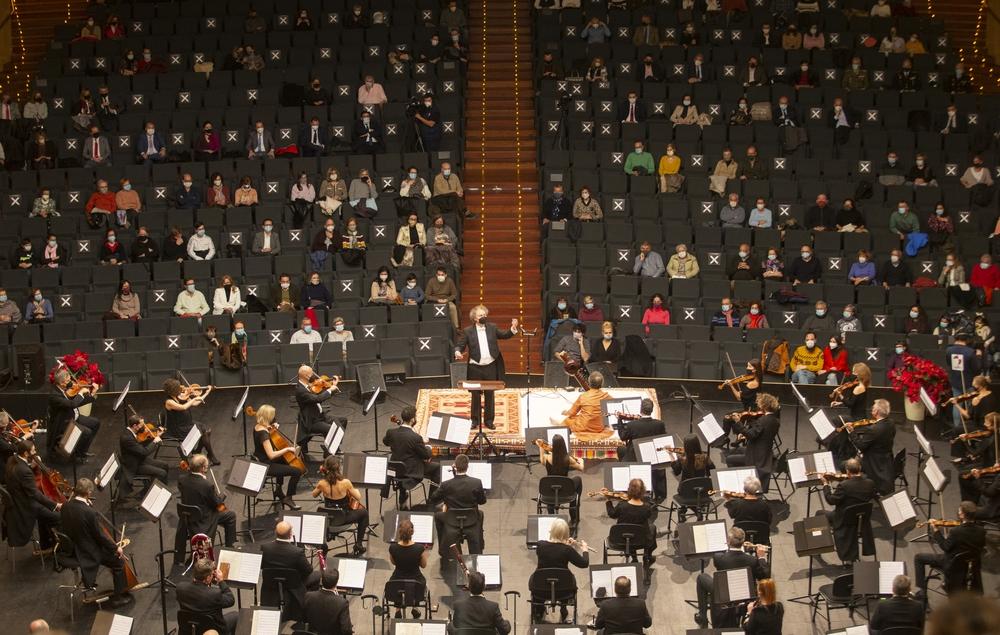 La Orquesta Sinfónica de Castilla y León abrió este viernes los actos conmemorativos del 35 aniversario de Ávila Ciudad Patrimonio Mundial con un concierto tributo al músico indio Ravi Shankar en el Lienzo Norte.