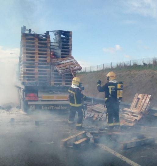 Arde un camión que transportaba palets en plena AP-15