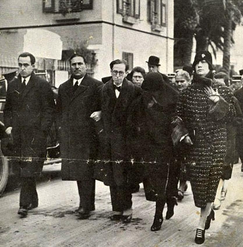 Esta imagen de 1928 recoge un momento de la comitiva fúnebre de Vicente Blasco Ibáñez, al que su doncella Casilda Sáez acompañó hasta los últimos momentos en Francia.