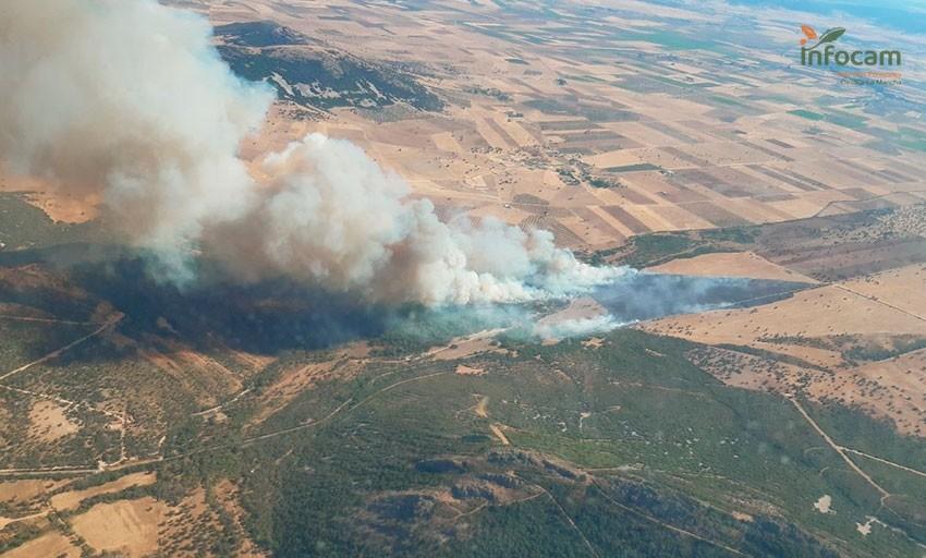 Casi 30 medios en la extinción de un incendio en Retuerta