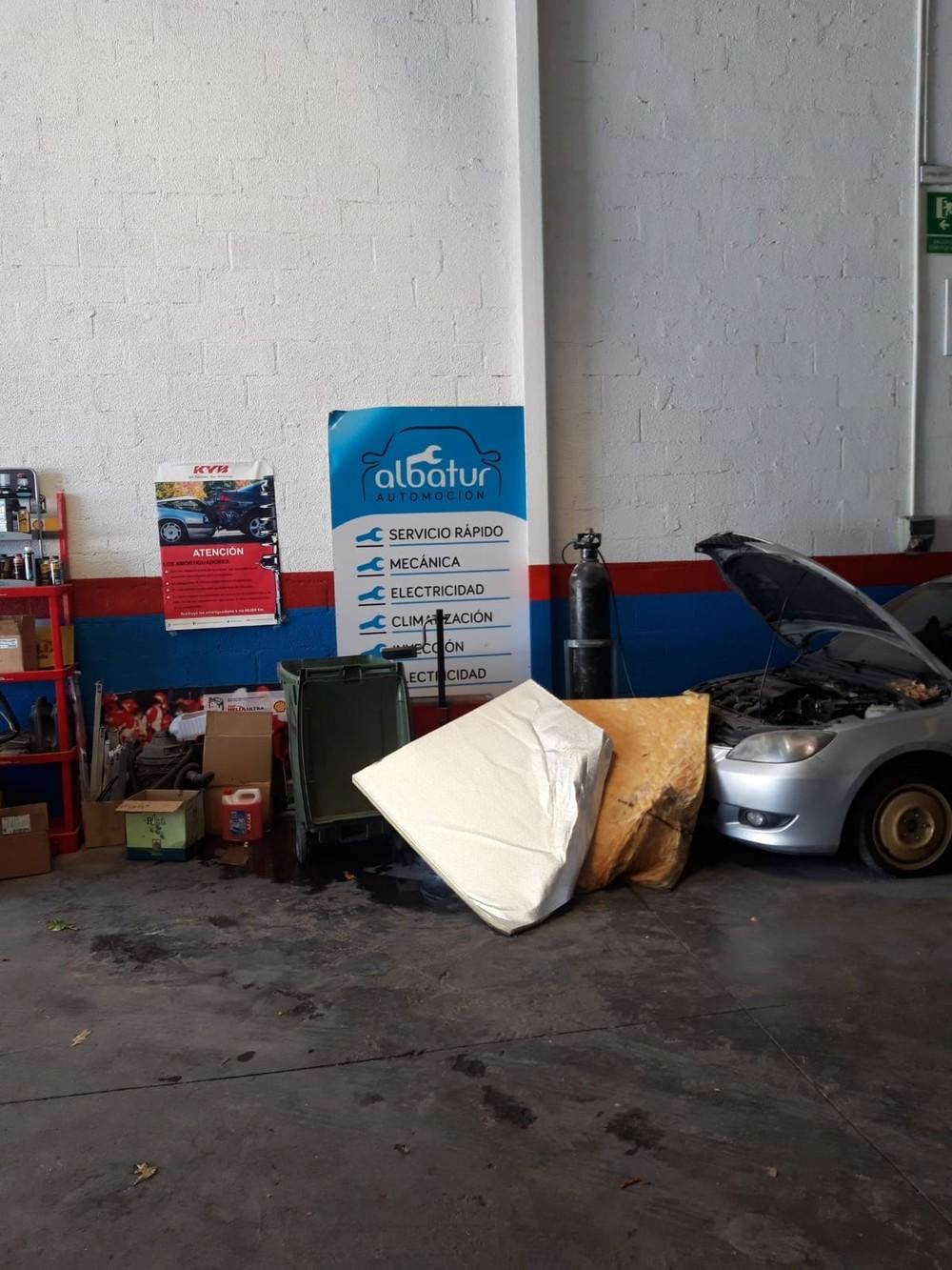 Una de las planchas desprendidas del falso techo apoyada en una pared del taller de Alba