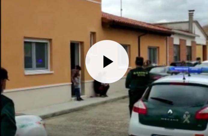 La Guardia Civil homenajea a unos hermanos con autismo