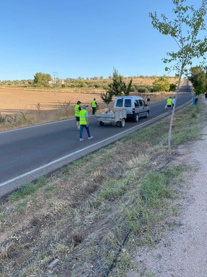Voluntarios limpian el camino hasta el santuario del patrón