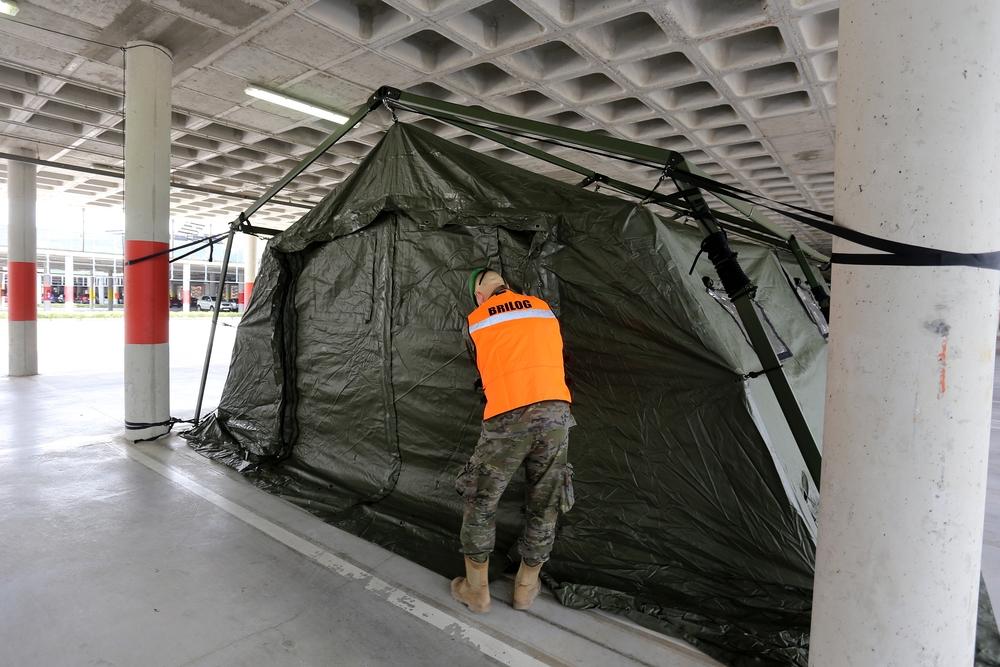 Una unidad militar instala tiendas para hacer test rápidos en el Hospital Río Hortega.