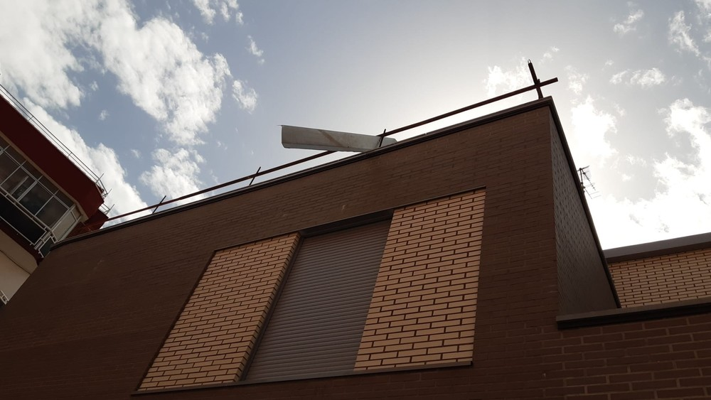 Chapa con riesgo de caída por el viento en un edificio de La Pilarica.