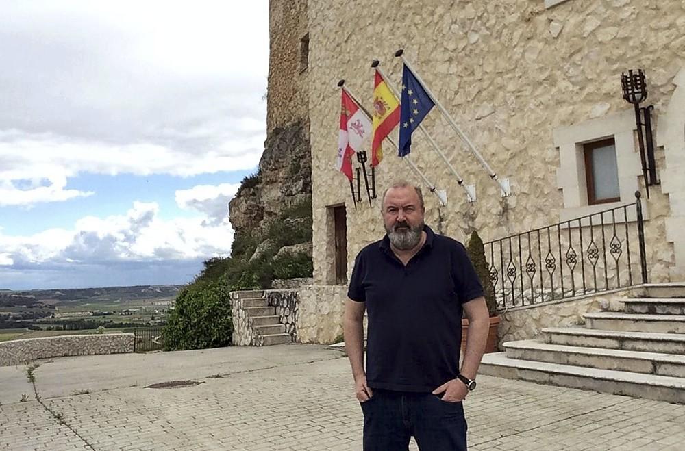 Jesús Ramos, en la puerta de la Residencia Real Castillo, en Curiel del Duero.