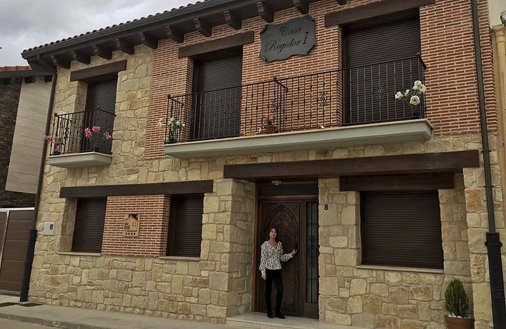 Begoña Tejedor, en la facha de sus casas rurales Regidor I y II en la localidad de Rábano.