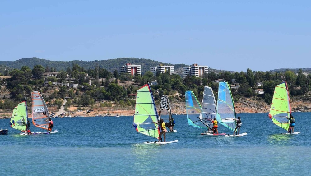 El windsurf regional se exhibe en Entrepeñas