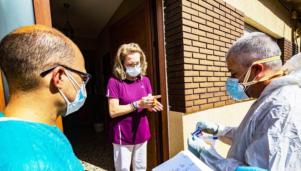 Gortázar (derecha) y el médico de Horcajo, Francisco Rodríguez del Río, visitan uno de los hogares donde están realizando las pruebas con las esponjas.