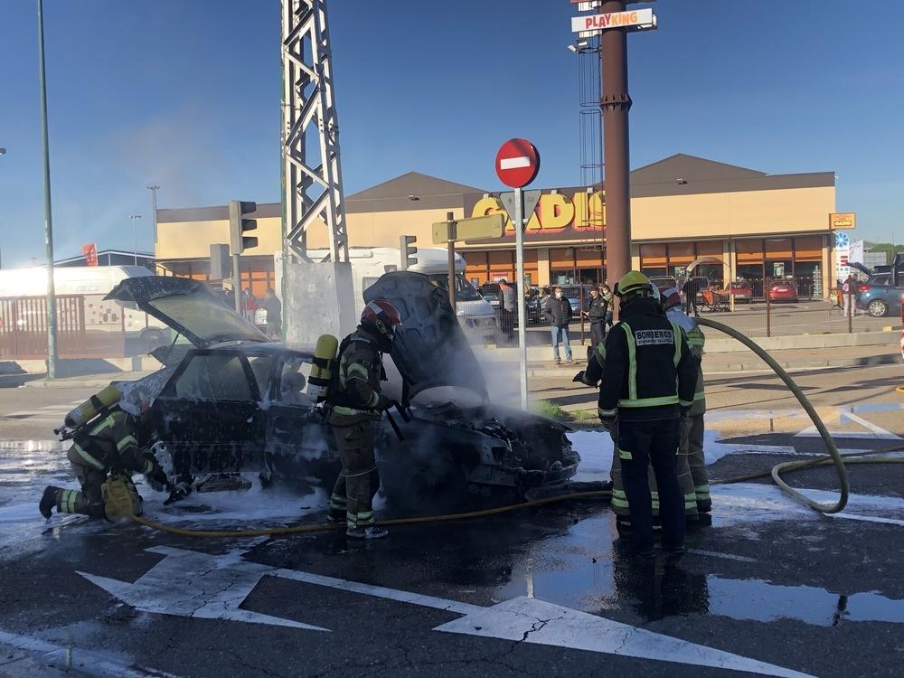 Los Bomberos de Valladolid intervienen para apagar un coche calcinado en Argales.
