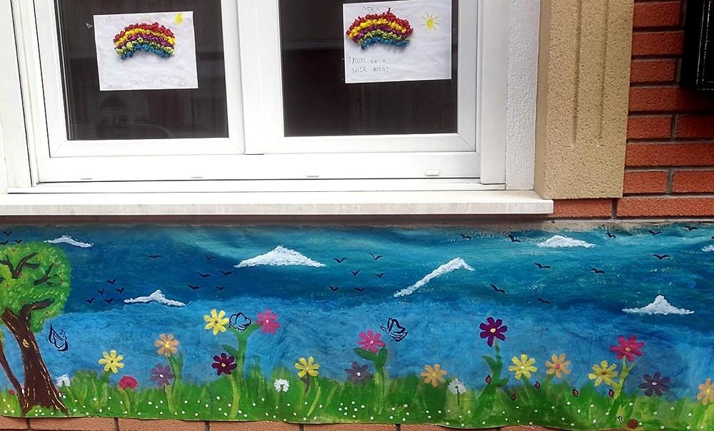 Además de disfrazarse, Nora y Nirvana han pintado este mural bajo la ventana.