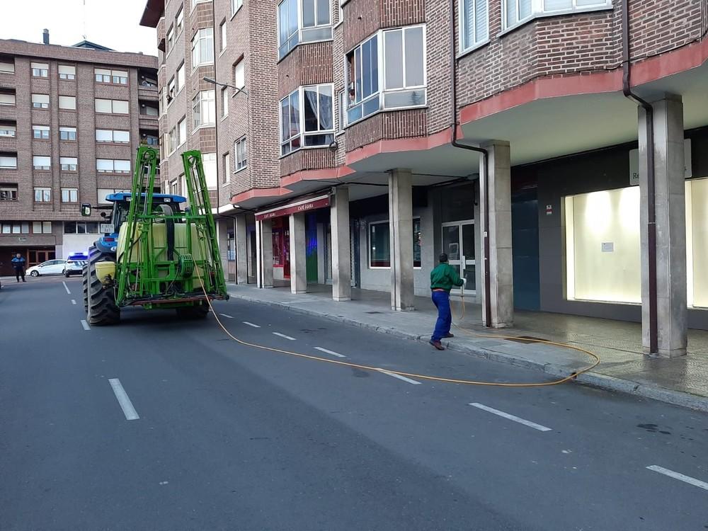 Guardo desinfecta sus calles con tractor y medios humanos