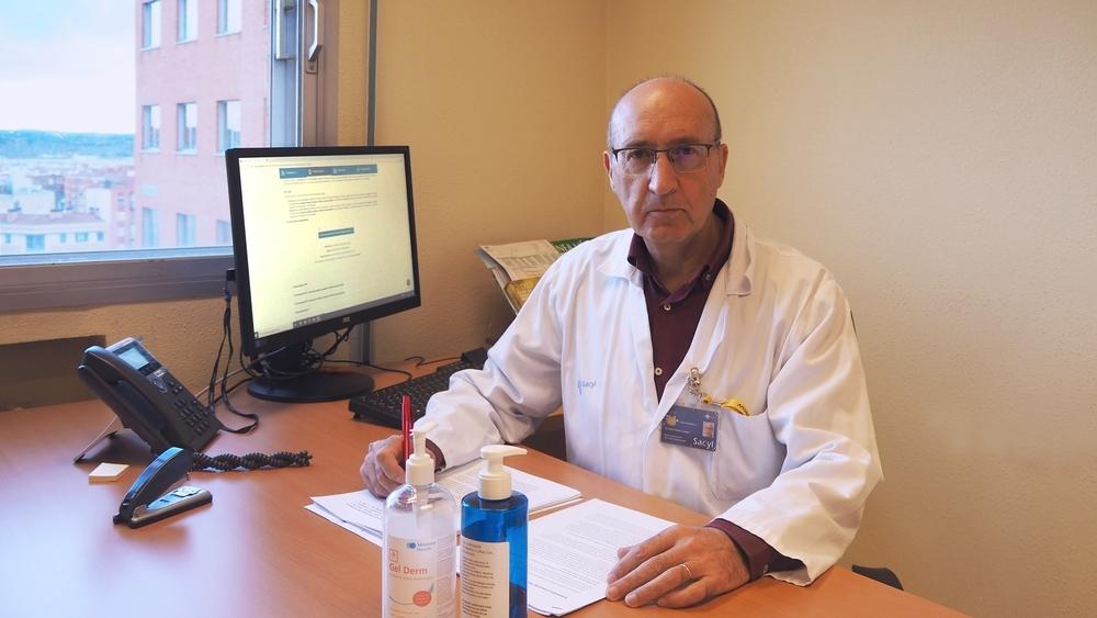 doctor Eduardo Tamayo, en su despacho del Hospital Clínico.