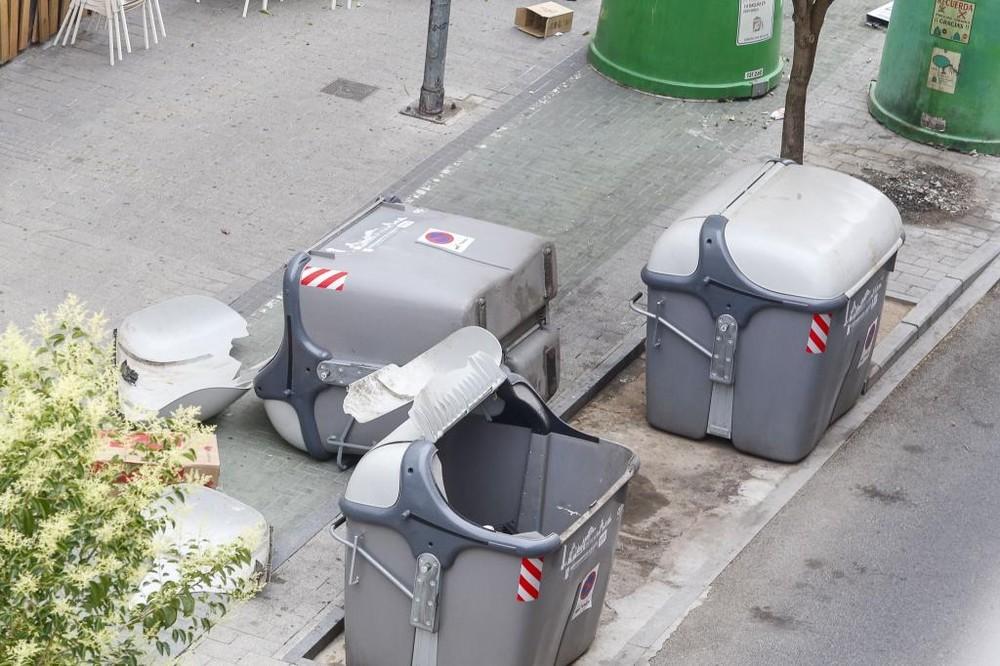Algunos contenedores fueron derribados por el viento.