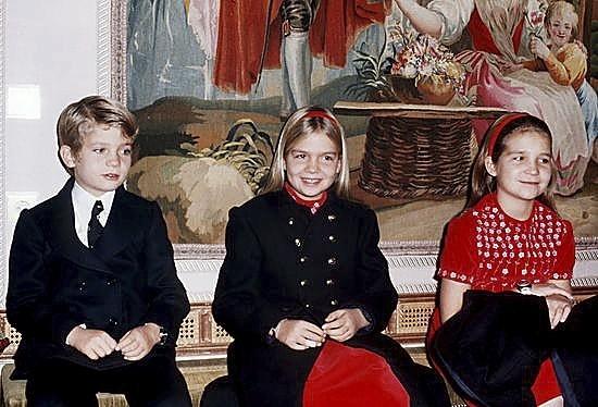 El Príncipe Felipe y sus hermanas, las Infantas Cristina y Elena, el día de la proclamación.