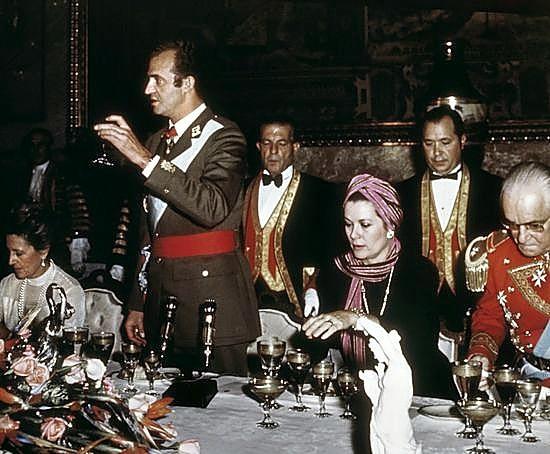 Don Juan Carlos hace un brindis junto a la princesa Gracia de Mónaco, en la cena de gala en honor a su designación como Soberano.
