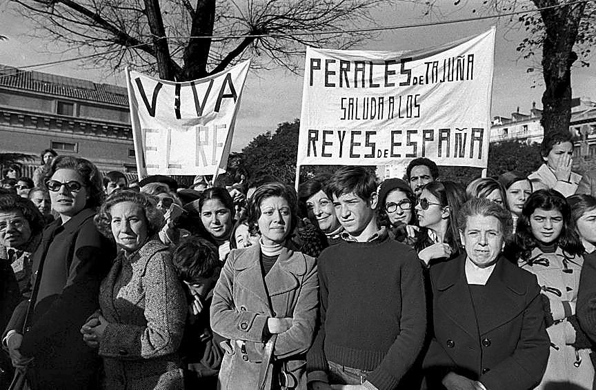 Miles de españoles toman Madrid para aclamar a su recién estrenado Monarca.