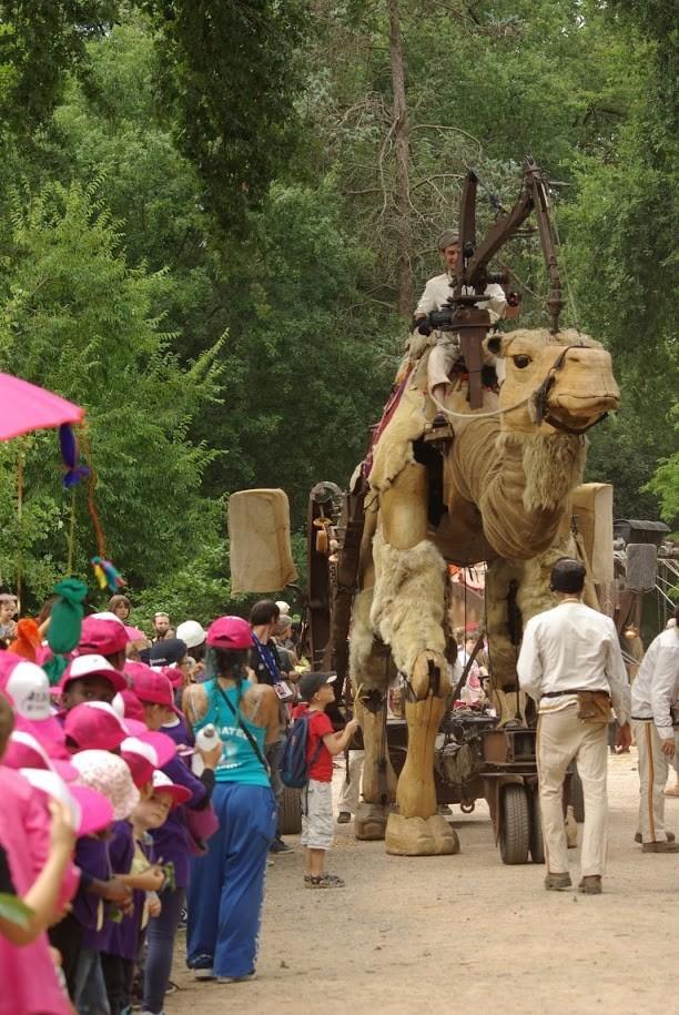 Cabalgata en Segovia con camello y vacas sagradas gigantes