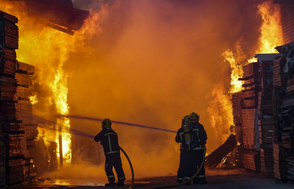 aparotoso incendio o fuego en una nave de madera del poligono de la carretera de Carrion, Bomberos, policia local y nacional, emergencia, fuefo en nave industrial de una fabrica de madera. incendio en la empresaa de madera Calatrava del poligono industria