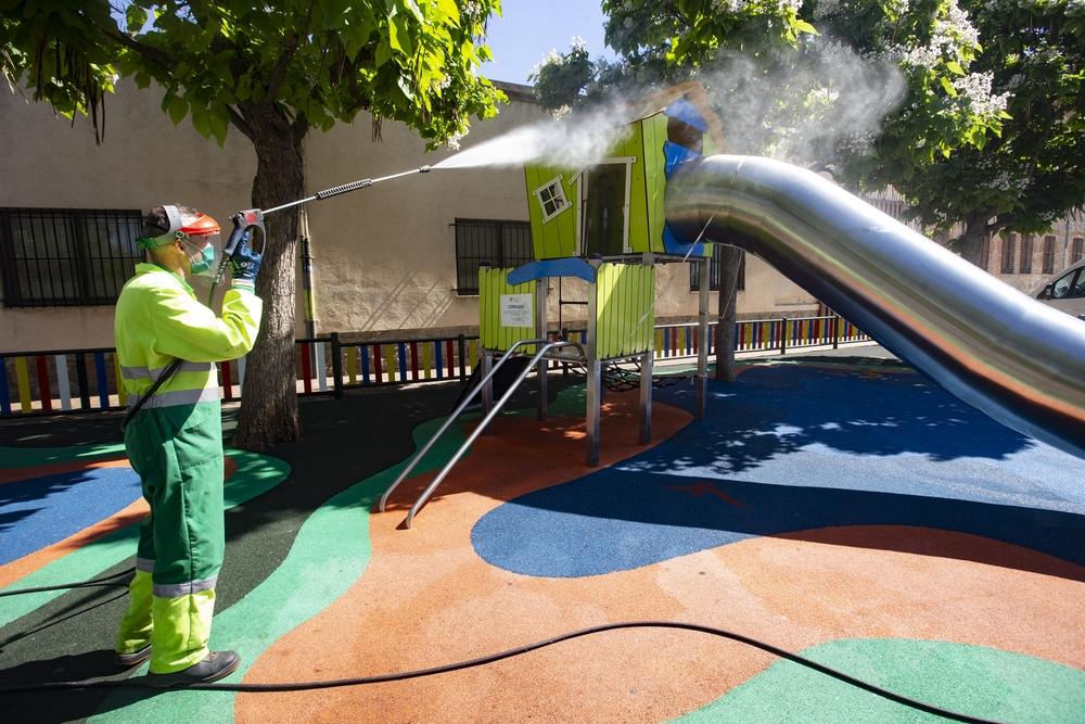 Los parques infantiles y de mayores de Ávila se someterán desde este viernes hasta el domingo a su puesta a punto para reabrirse al público el lunes.