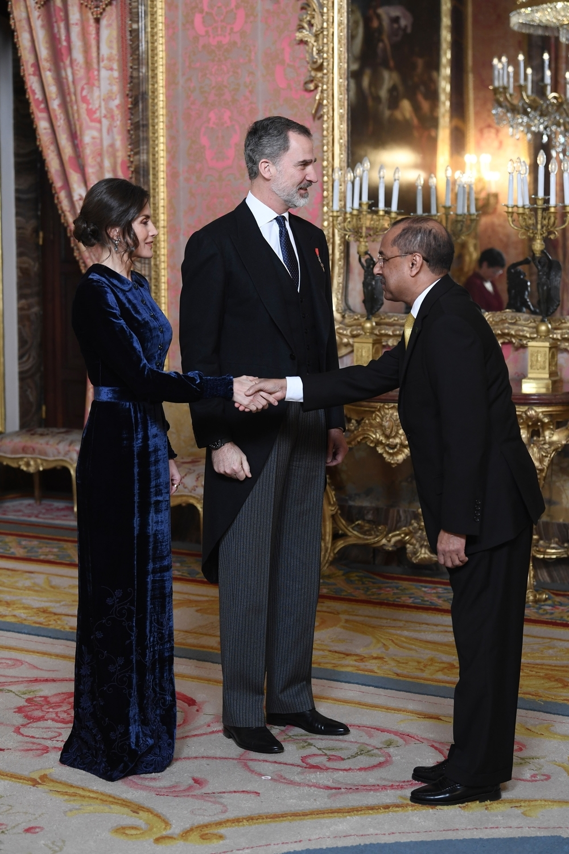 La Reina Letizia, entre terciopelo y pendientes de Bulgari