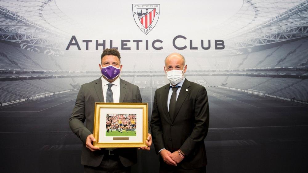 Reconocimiento del Athletic Club a Ronaldo Nazário en su primera visita al Nuevo San Mamés como presidente del Real Valladolid.
