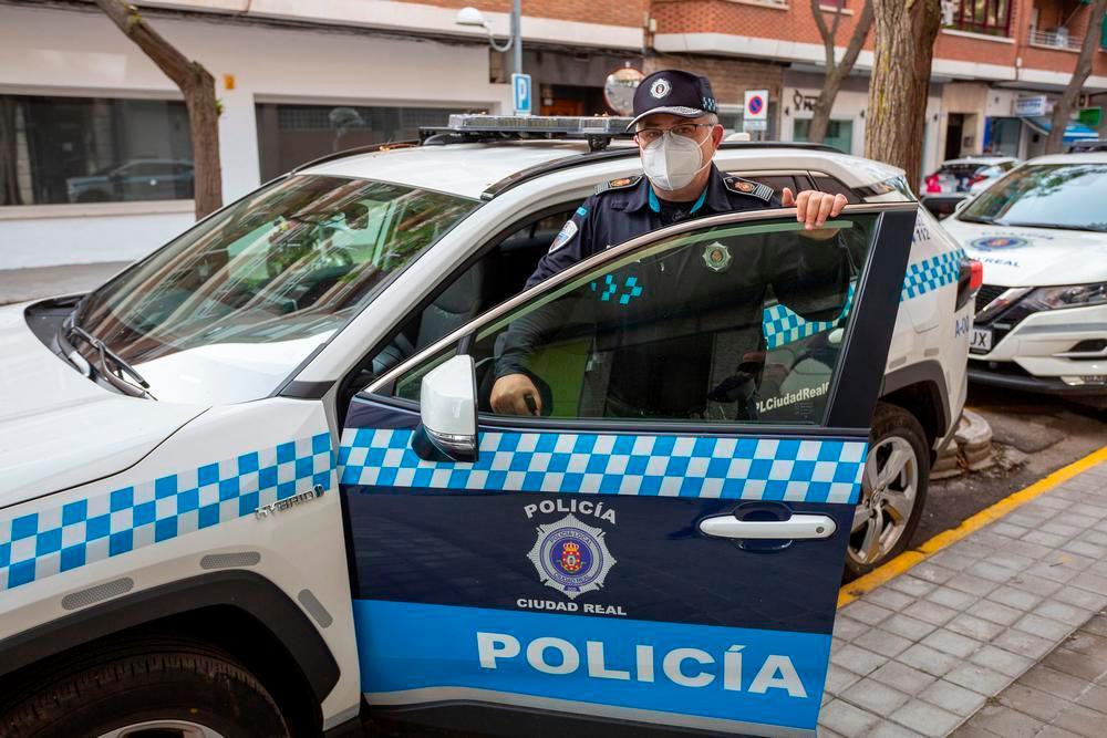 El jefe de la Policía Local de Ciudad Real se dispone a subir a uno de los vehículos patrulla