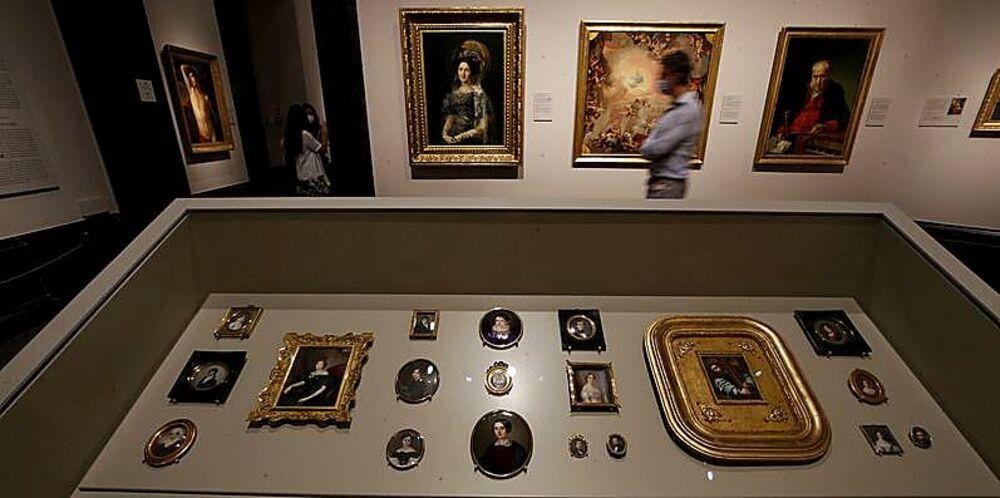 Espacio dedicado al Neoclasicismo en España en la que se pueden ver pinturas en miniatura. Muchas de ellas las hacían mujeres, ya que no solían tener acceso a talleres propios en los que trabajar obras de mayor formato.