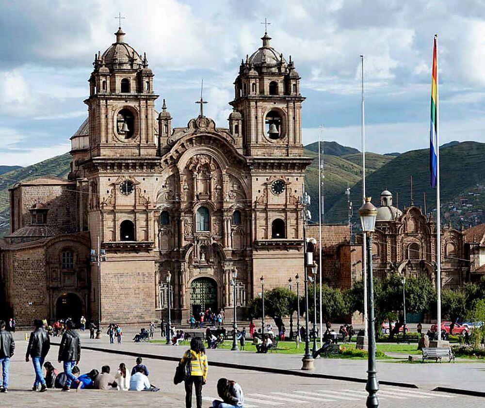Plaza de Armas con la iglesia al fondo de la Compañía de Jesús en la localidad peruana de Cajamarca.