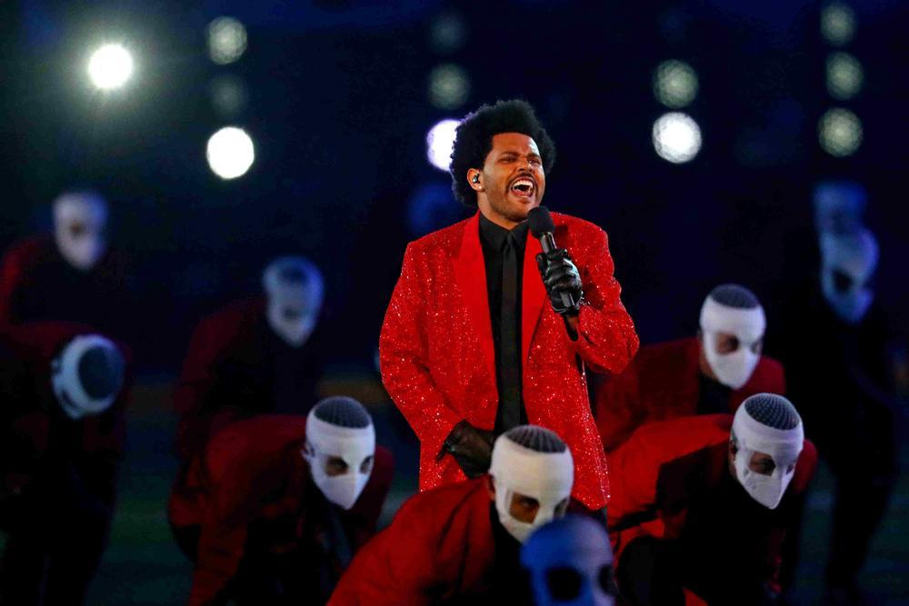 The Weeknd brilla en la Super Bowl más sombría de la historia