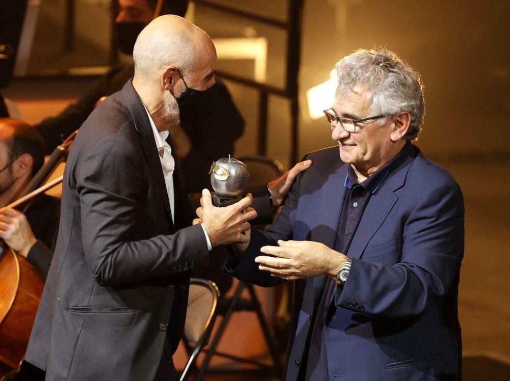 El director Alfredo Sanzol (i) tras recibir de manos del escritor Bernardo Atxaga el premio a mejor espectáculo de teatro