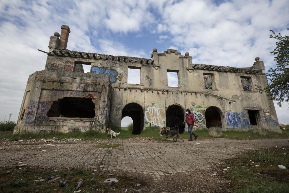 La estación de Villagonzalo-Pedernales está desventrada, como si acabase de ser bombardeada.