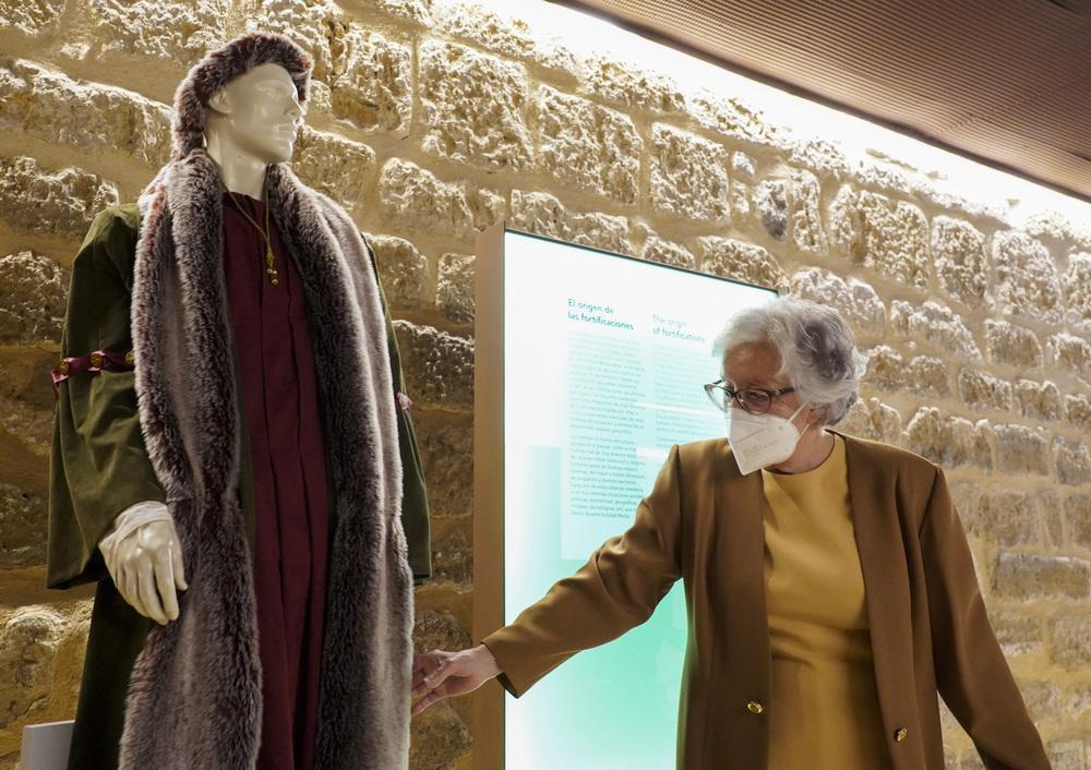 La Diputación de Valladolid recibe la colección de trajes artesanales de época de Inés Gutiérrez Polo