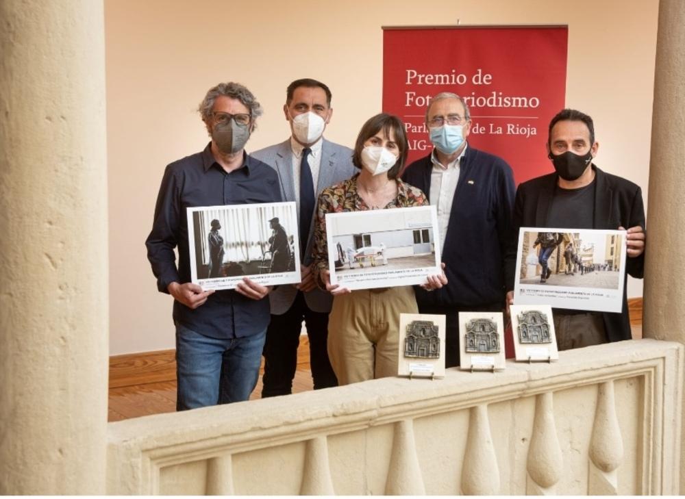 Ingrid Fernández gana el VIII Premio de Fotoperiodismo. En la imagen, con los otros dos fotógrafos premiados, que posan con el presidente del Parlamento, Jesús María García, y el veterano fotoperiodista Chema Conesa.