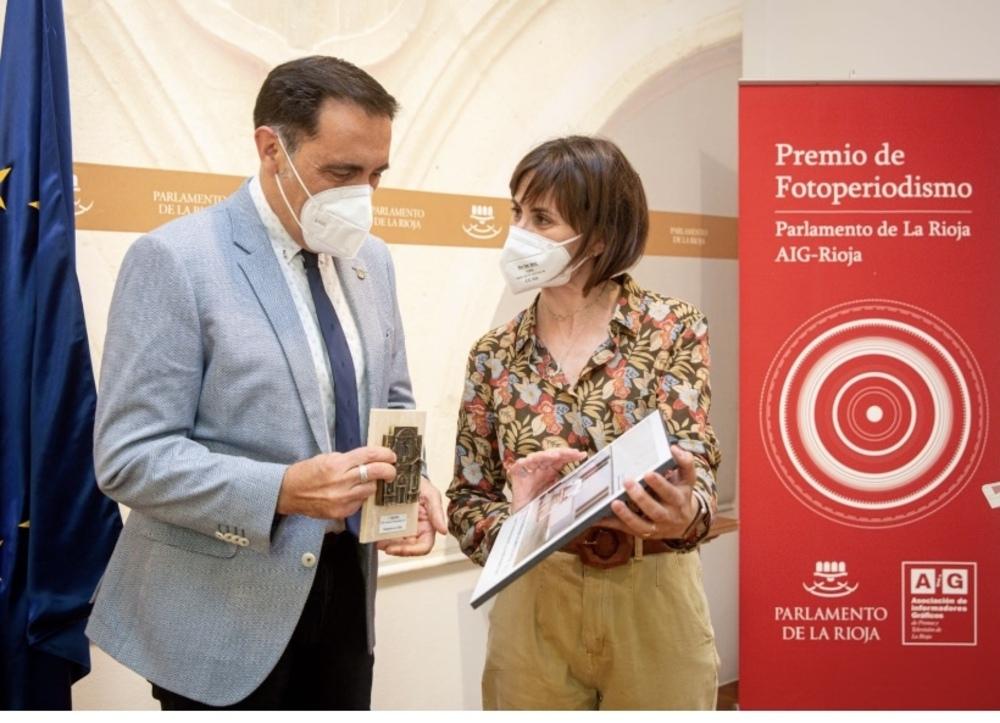 Ingrid Fernández gana el VIII Premio de Fotoperiodismo. En la imagen, con el presidente del Parlamento de La Rioja, Jesús María García.