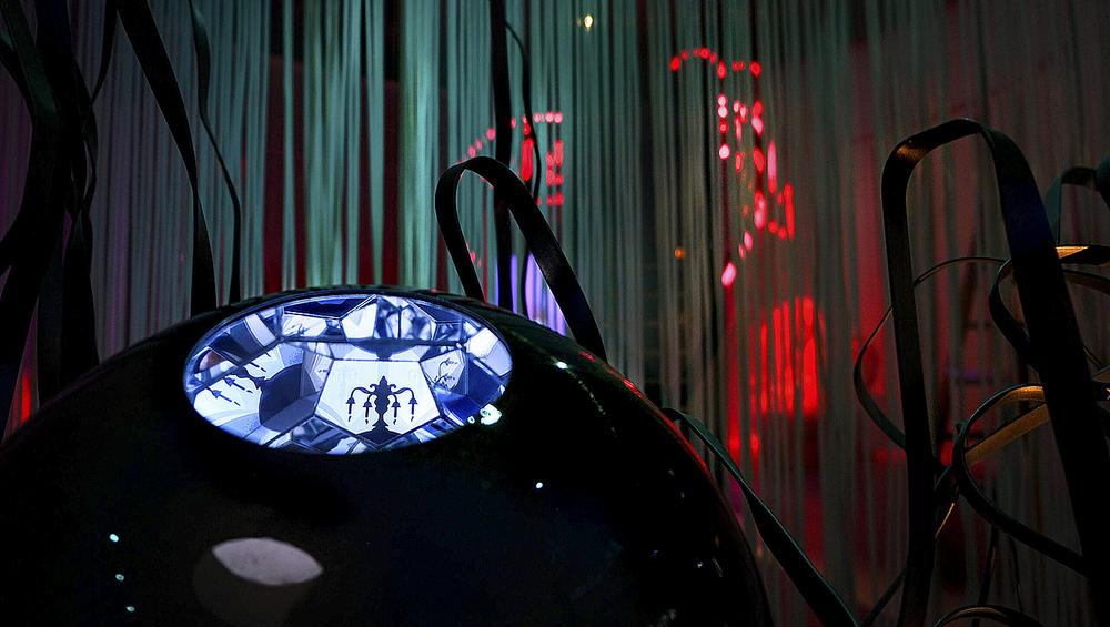Las ilustraciones para 'La  sirenita' se proyectan en esta  bola de espejos.