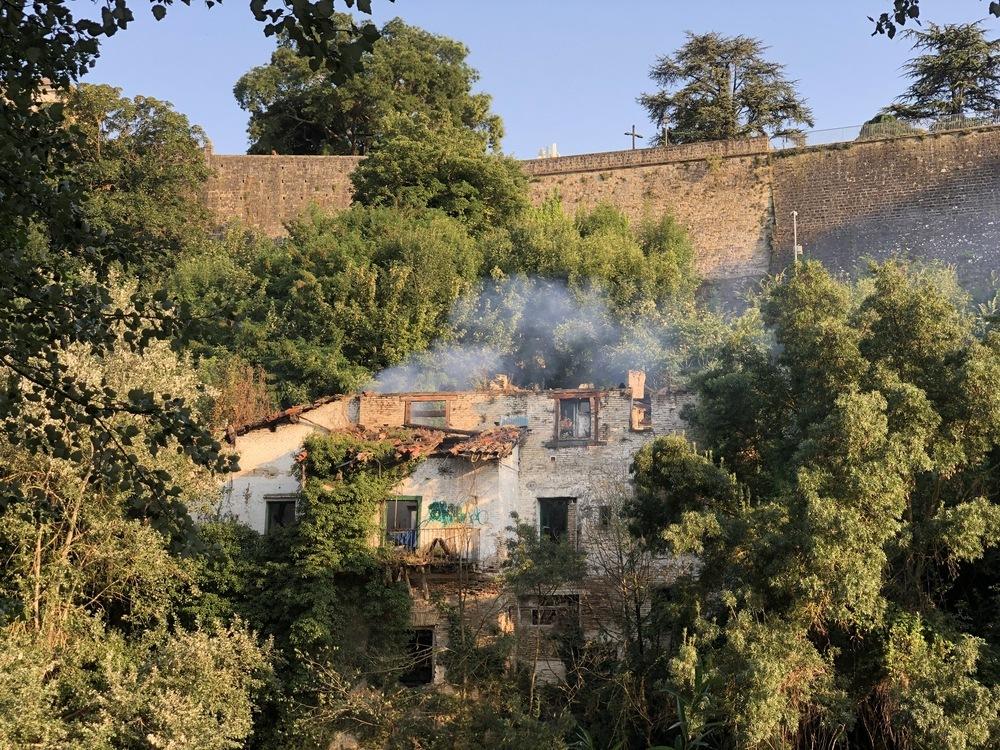 La casa abandonada junto al río Arga vuelve a arder