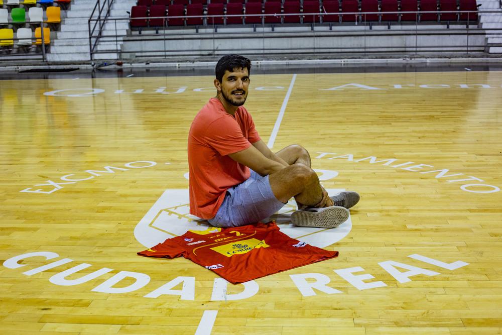 Sánchez-Migallón, en el centro de la pista del Quijote Arena.