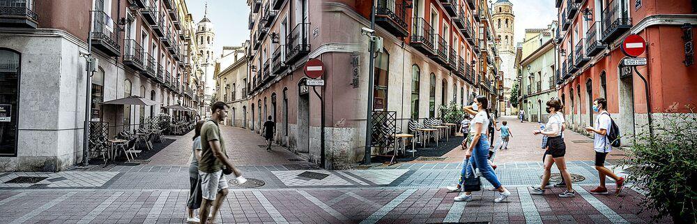 Calle Regalado, a la altura de Castelar, en junio de 2020 y en junio de 2021, con viandantes sin y con mascarilla en cada caso.