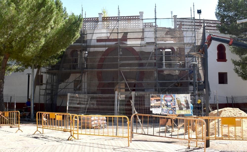 La puerta principal de la plaza de toros, en obras