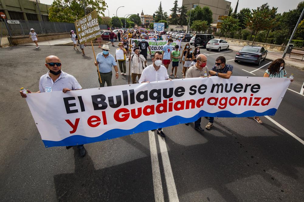 """MANIFESTACIÁ""""N por el  rio Bullaque y rio Guadiana, manifestación en defensa del caudal ecoilógico del rio Guadiana y Rió Bullaque en la subdelegación y la CHG, manifetación  enpor el agua de dos rios, el Bullaque y el guadinana"""