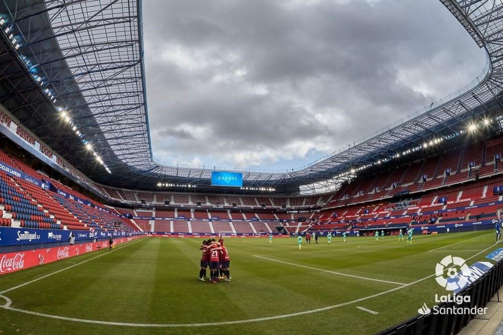 Osasuna celebra uno de los goles en un estadio de El Sadar sin público.