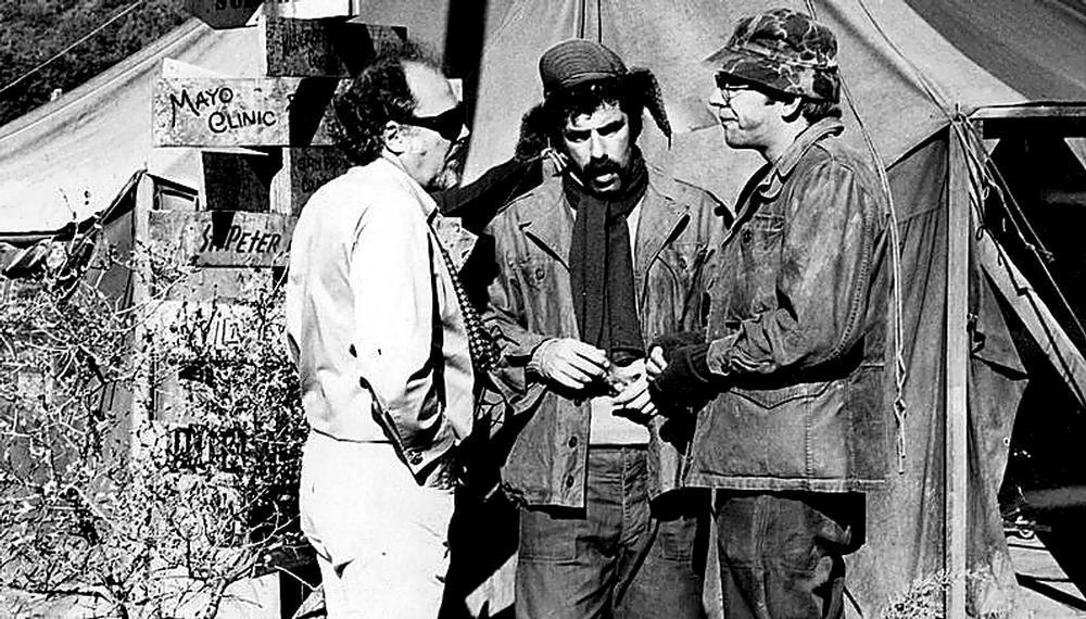 Una escena de 'MASH', con la que Robert Altman (i) conquistó a crítica y público.