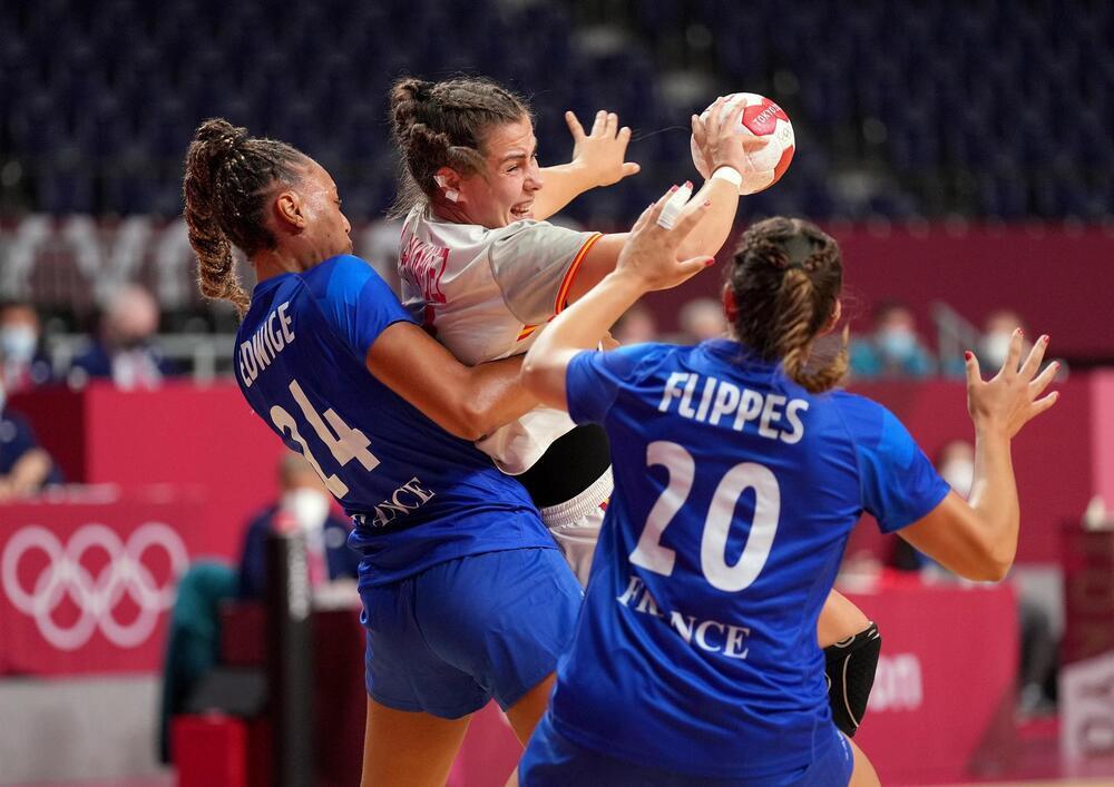 La selección española femenina de balonmano jugando contra Francia