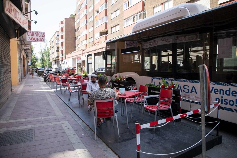 El autobús pasando por el bar Dynamic
